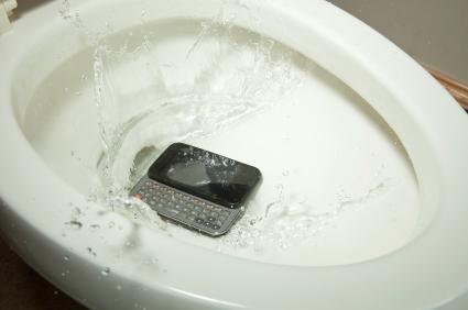 Handy in Toilette